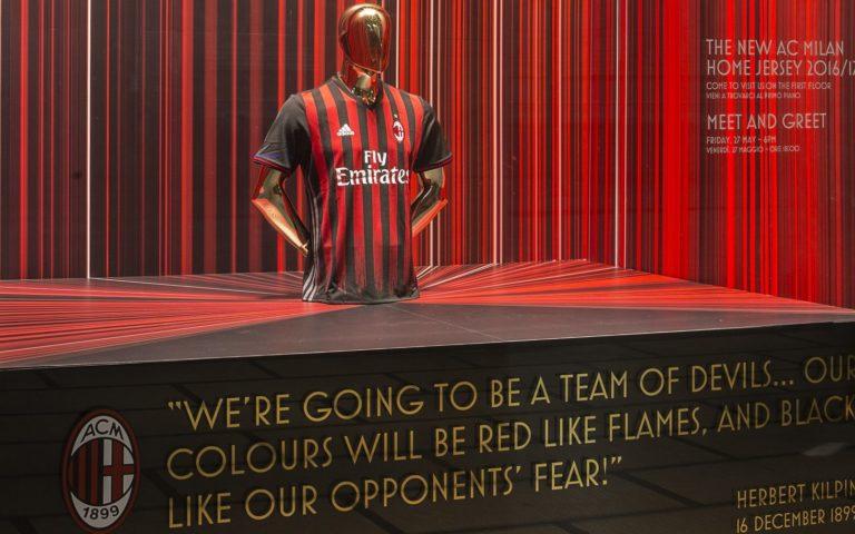AC MILAN presenta la maglia rossonera a la Rinascente