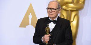 """Ennio Morricone con l'Oscar per la miglirore colonna sonora per """"The Hateful Eight"""" di Tarantino"""