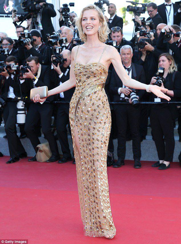 Moda: Eva Herzigova sceglie il rosa e l'oro di Cavalli