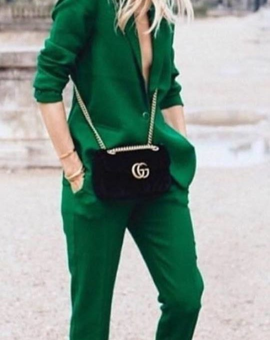 Femminile in verde outfit