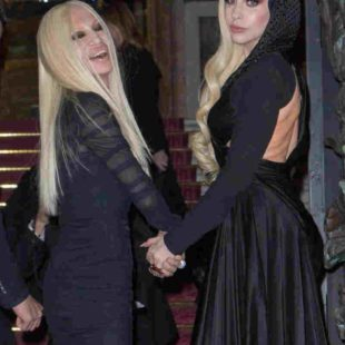 Mame Moda Happy birthday madame Donatella Versace. Donatella e Lady Gaga