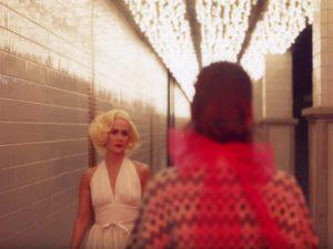 Mame Moda Prada presenta il cortometraggio Neon Dreams. Sarah Paulson
