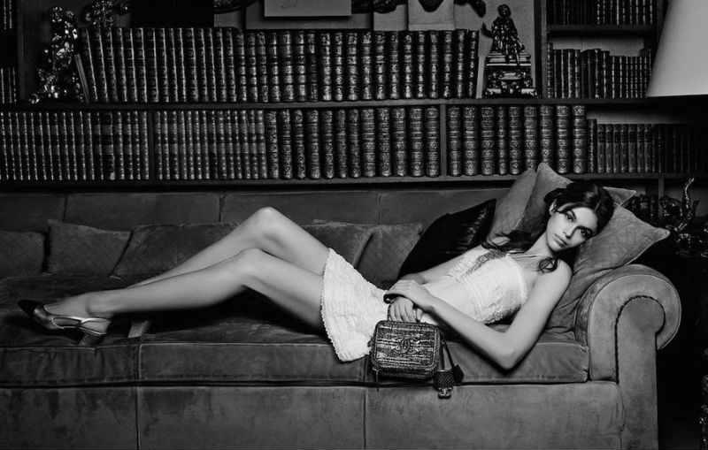Mame Moda KarlXKaia, la co-lab tra Lagerfeld e Kaia Gerber. Divano Chanel