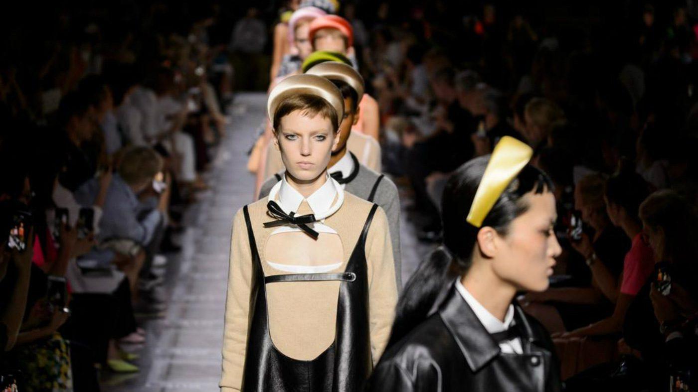 Mame moda Prada, miuccia riparte dall'arte. Look SS19