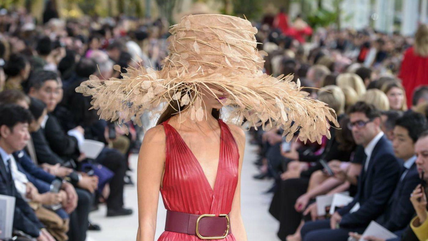 Mame Moda Valentino i dettagli meravigliosi di Piccioli. Cappello piume