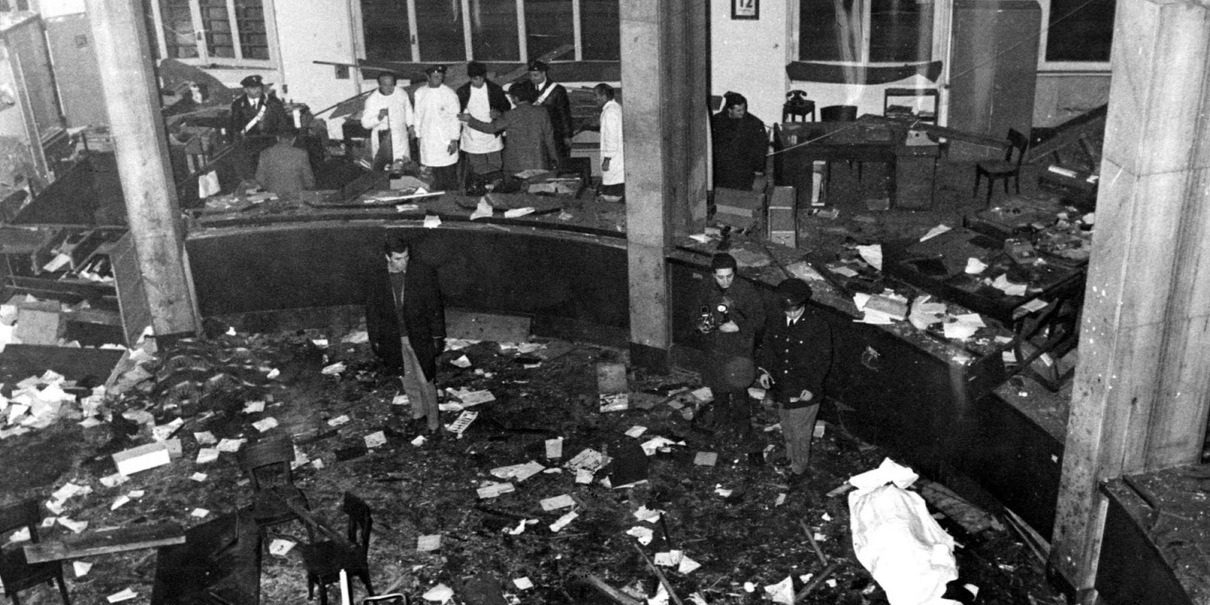 La strage di piazza Fontana, 49 anni dopo: ci furono 17 morti e 87 feriti.