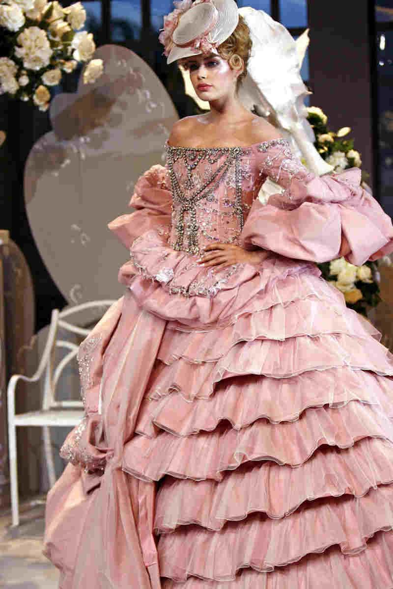 John Galliano, l'erede di Dior compie oggi gli anni. Abito Fragonard