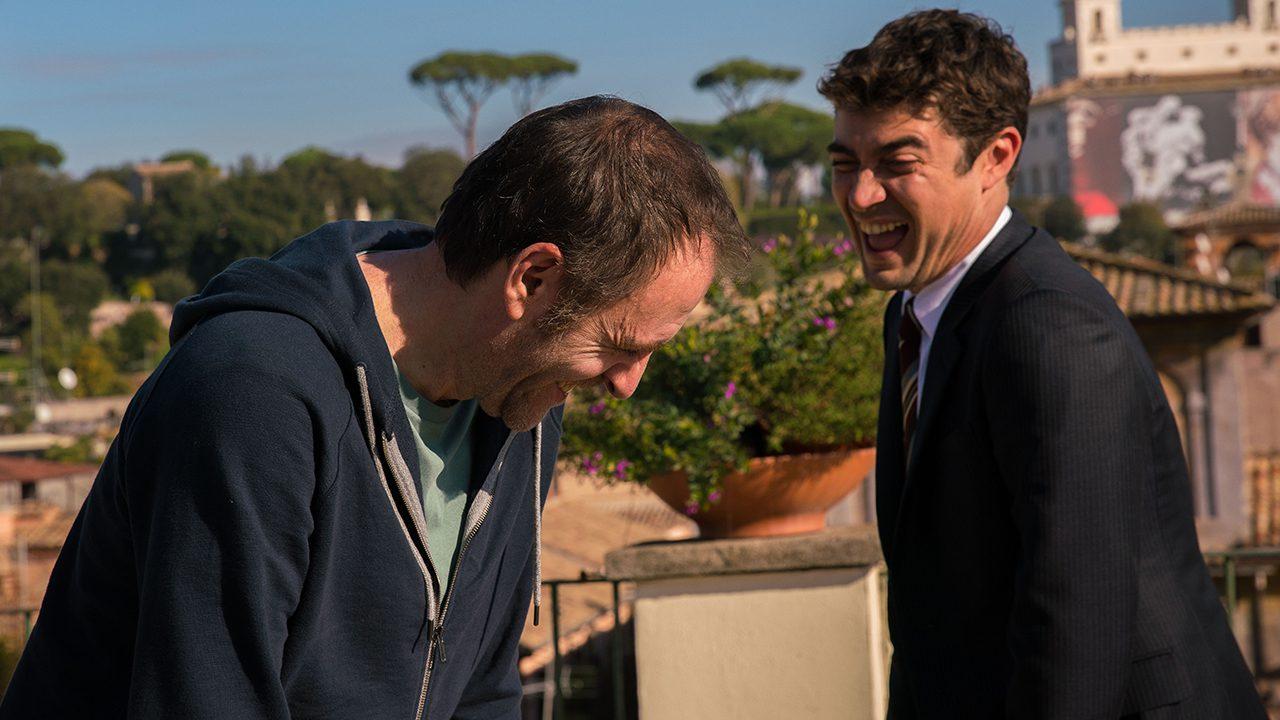 una scena del film Euforia di Valeria Golino in cui i due protagonisti ridono