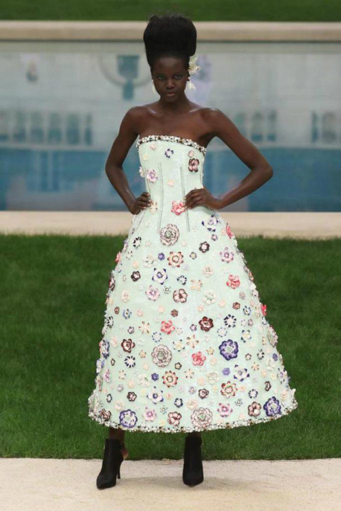 Chanel haute Couture nel giardino fiorito. Midi dress