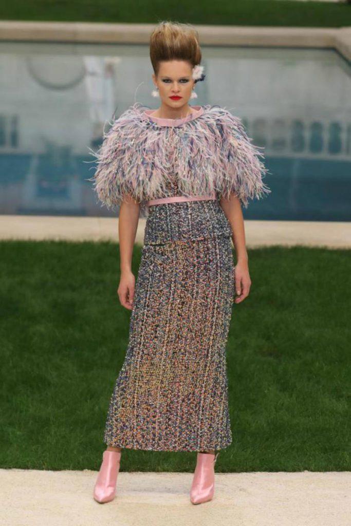 Chanel haute Couture nel giardino fiorito. Abito dettaglio piume