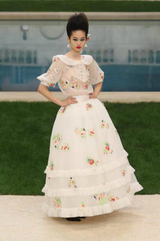 Chanel haute Couture nel giardino fiorito. Gonna e camicia ricamate