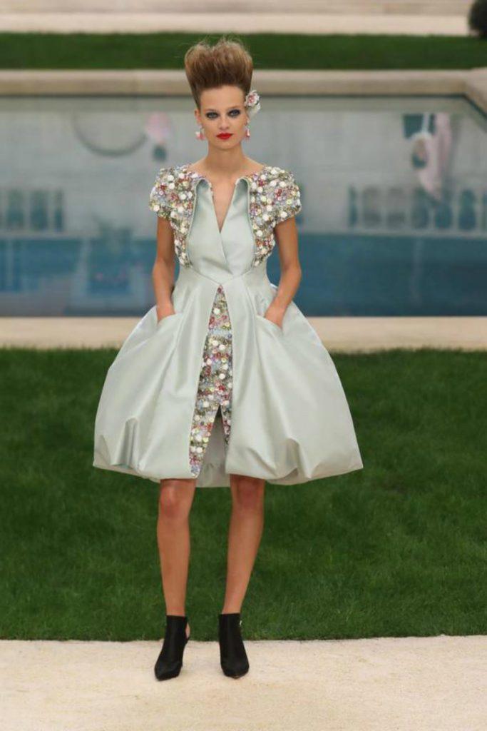 Chanel haute Couture nel giardino fiorito. Mini dress