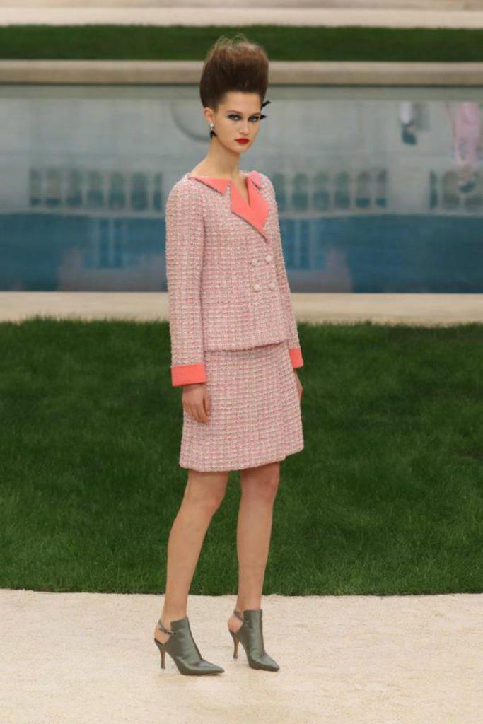 Chanel haute Couture nel giardino fiorito. Tailleur