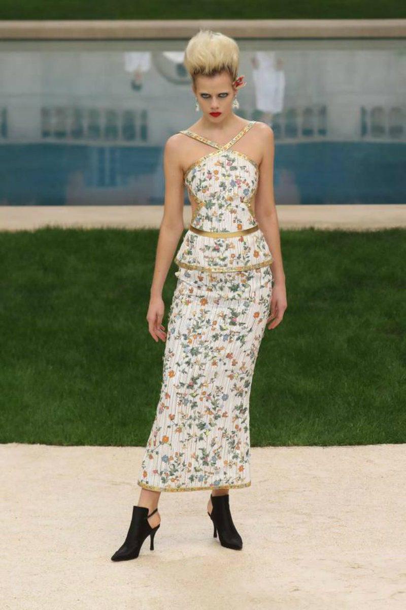 Chanel haute Couture nel giardino fiorito. Abiti aderente