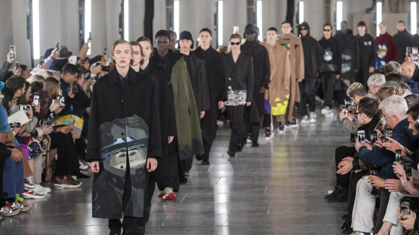 Valentino Uomo 2019 tra street-couture e co-lab. alcuni look
