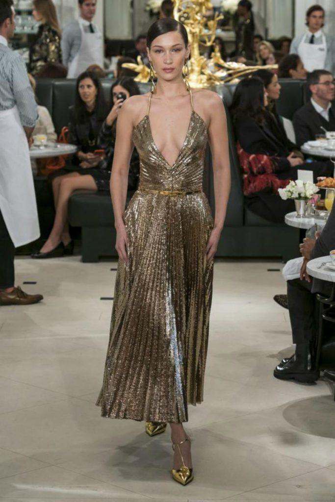 Ralph Lauren spring 2019 in uniformi sensuali. midi dress gold plissettato