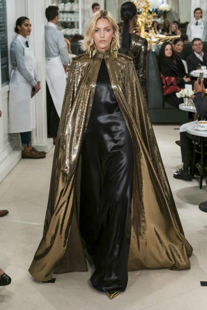 Ralph Lauren spring 2019 in uniformi sensuali. Mantello gold laminato