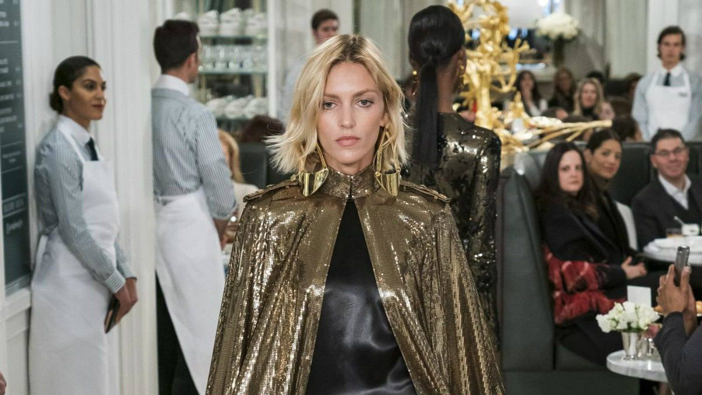 Ralph Lauren Spring 2019 in uniformi sensuali. Mantello gold