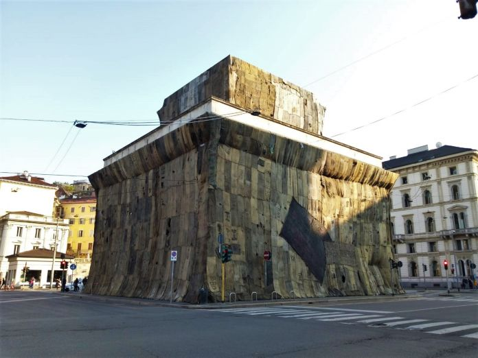 Mame arte LA JUTA DI IBRAHIM MAHAMA INVADE PORTA VENEZIAIbrahim-Mahama-A-Friend-1.-Installazione-per-Fondazione-Trussardi-a-Porta-Venezia-Milano-4-696x522