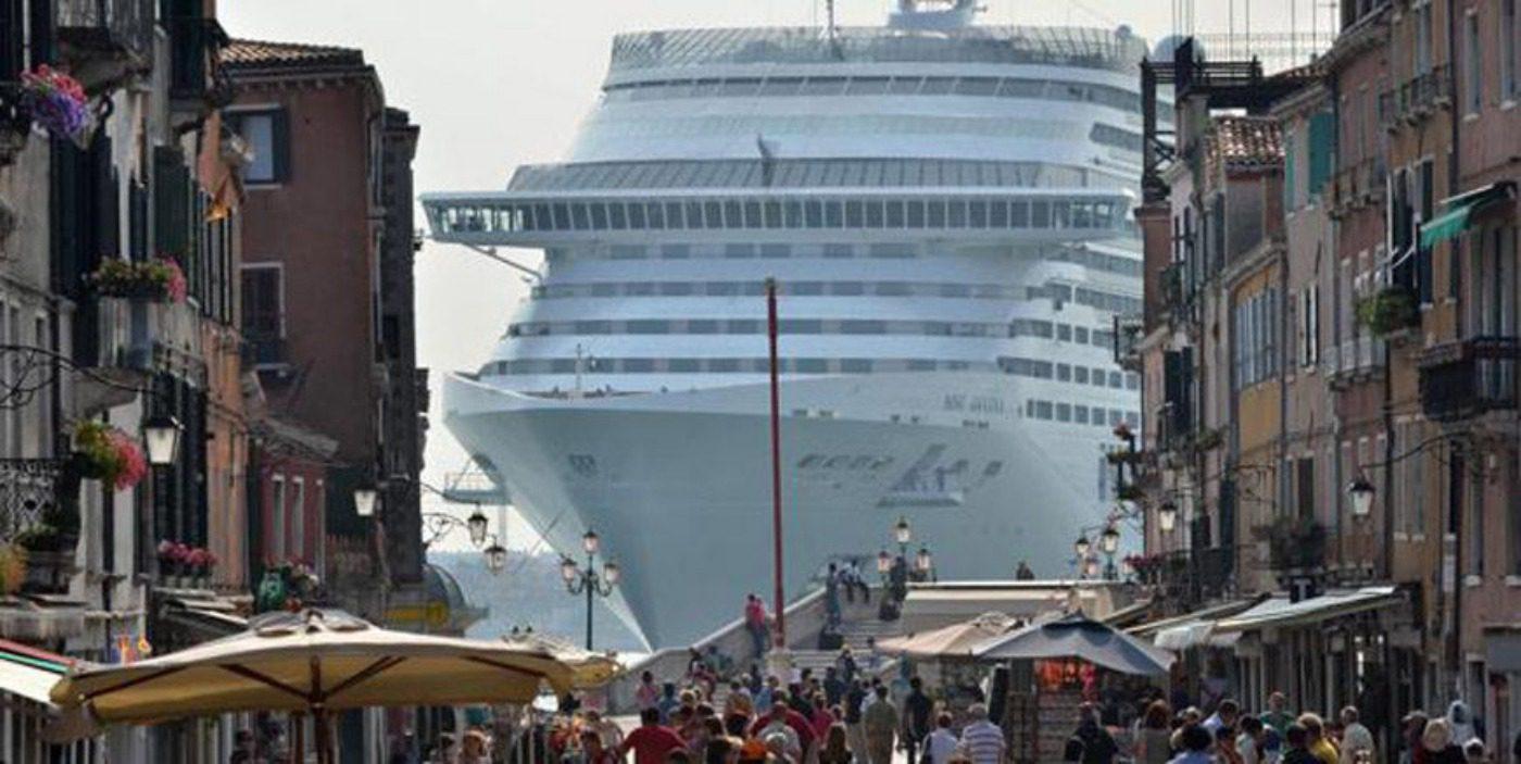 arte: la profezia di banksy sulle navi a venezia. banksy navi a venezia