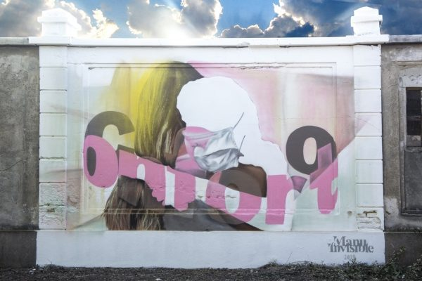 """IL COVID-19 ISPIRA GLI STREET ARTIST DI TUTTO IL MONDO """"Conforto"""", l'abbraccio di Manu Invisible per le vittime del Covid 19"""