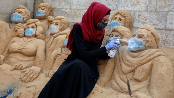 IL COVID-19 ISPIRA GLI STREET ARTIST DI TUTTO IL MONDO Una scultura di sabbia di Rana Ramlawi, artista di Gaza. Credit: Majdi Fathi : NurPhoto via Getty Images.