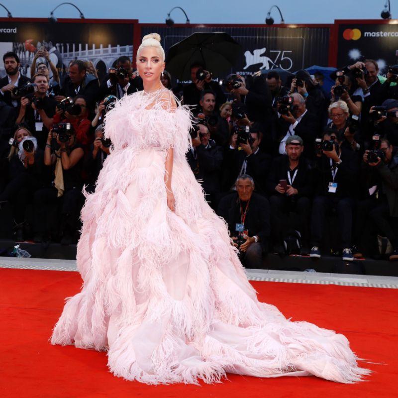 Lady Gaga in Valentino Haute Couture F/W 2018-19 al Festival del Cinema di Venezia per la prima di A Star Is Born, 2018