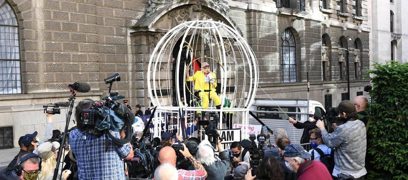 "Vivienne Westwood ""in gabbia"": ""Sono Julian Assange"""