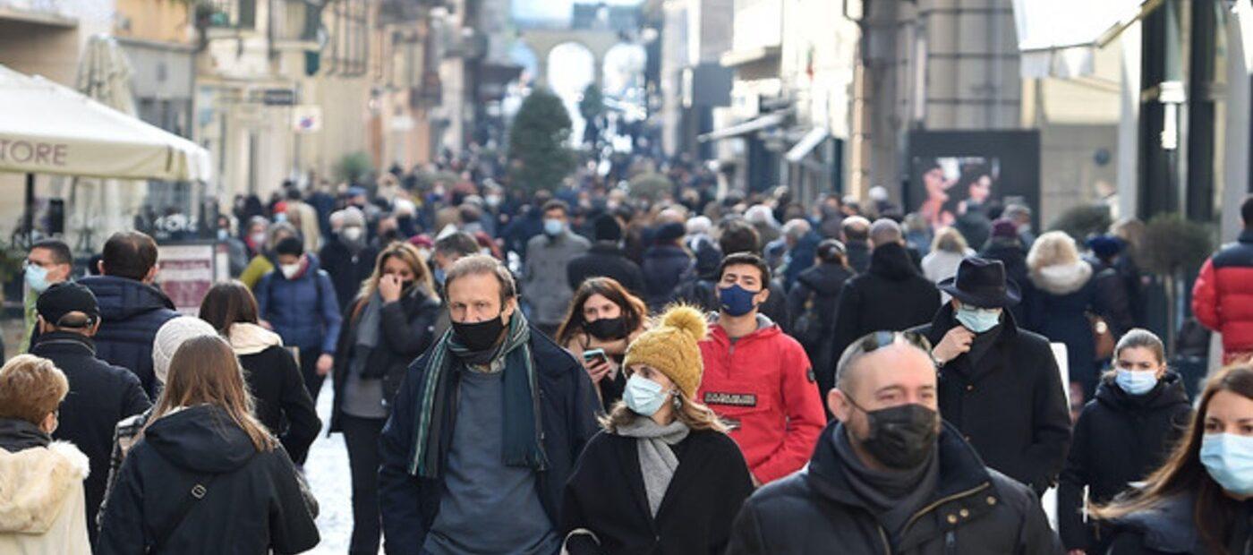 Covid: code e assembramenti davanti ai negozi delle città italiane