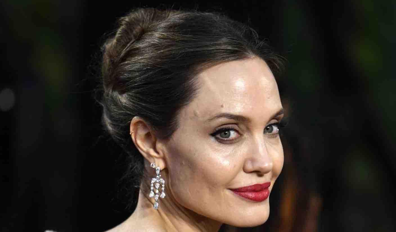 Angelina Jolie vende un quadro di Churchill. Ad un prezzo folle.png